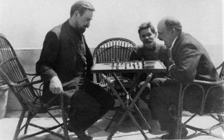 how did vladimir lenin rise to power org vladimir lenin plays chess alexander bogdanov in 1908